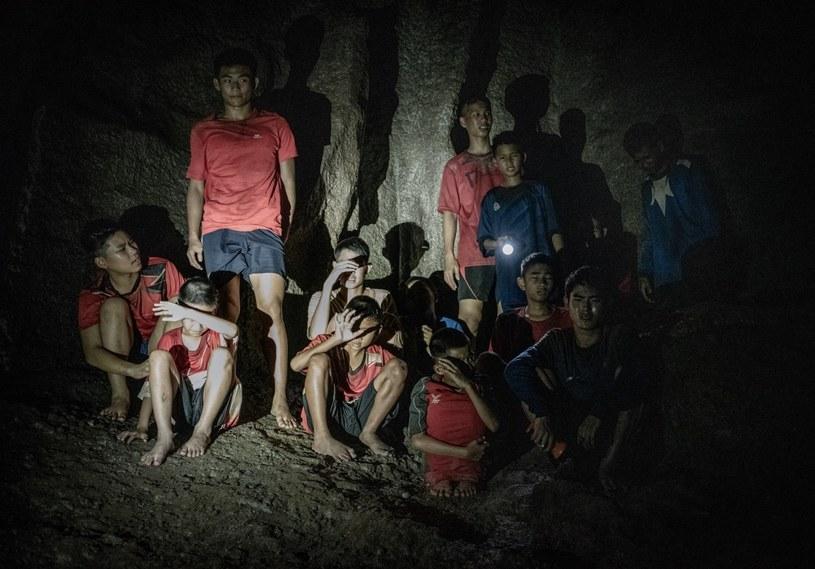 """Oparty na prawdziwej historii film, odkrywający kulisy spektakularnej i niezwykle dramatycznej akcji ratunkowej, mającej na celu uwolnienie nastolatków uwięzionych w zalanej wodą jaskini w Tajlandii. W 2018 roku na ratunek 12 chłopcom i ich nauczycielowi pospieszyły tysiące osób, a cały świat obserwował trwającą 18 dni operację. """"Ocaleni"""" to pełna emocji ekranizacja tamtych wydarzeń. Wciągająca bez reszty opowieść na najwyższych obrotach, która porusza i przywraca wiarę w dobro oraz ludzką determinację. Gdyż te potrafią czynić prawdziwe cuda."""