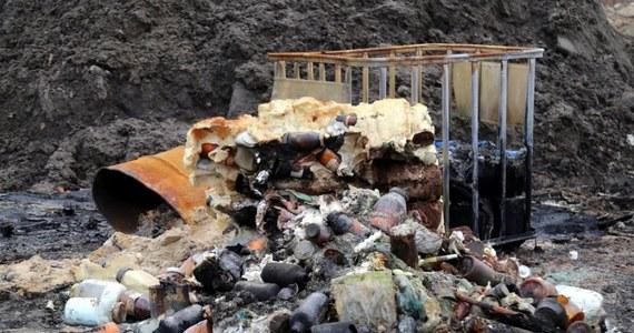 Nielegalne składowisko odpadów zlikwidowali w okolicach podwarszawskiego Wołomina stołeczni policjanci i inspektorzy ochrony środowiska. Na miejscu wykryto kilkadziesiąt ton różnych substancji, w tym leki.