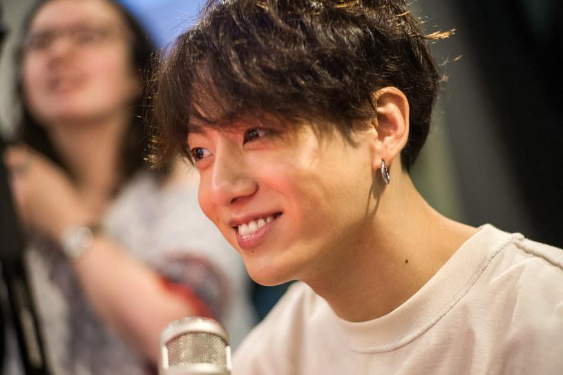 """Stacja TVN wystosowała oficjalny komentarz z przeprosinami w sprawie materiału wyemitowanego w """"Dzień Dobry TVN"""" 28 stycznia, który dotyczył wokalisty koreańskiego zespołu BTS Jungkooka. Fani zespołu byli oburzeni tym, co zobaczyli i twierdzili, że w programie zakpiono z gwiazdora oraz azjatyckiego typu urody."""