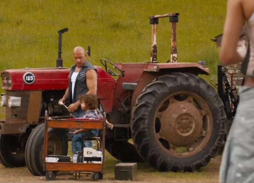 """Dominic Toretto (w tej roli Vin Diesel) staje przed najtrudniejszym zadaniem, jakiemu kiedykolwiek przyszło stawić mu czoła. Zostane ojcem! W opublikowanym właśnie teaserze filmu """"Szybcy i wściekli 9"""" widzimy Toretto, który u boku ukochanej Letty (Michelle Rodriguez) wiedzie beztroskie życie głowy rodziny. Premiera pełnego zwiastuna już w najbliższy piątek, 31 stycznia. Film trafi na ekrany kin 22 maja tego roku."""