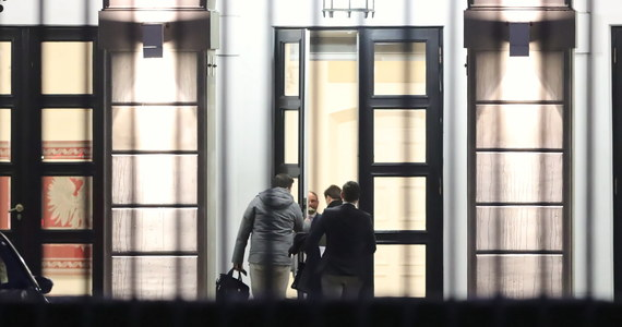 """Zakończyło się spotkanie prezydenta Andrzeja Dudy z przedstawicielami klubów PiS, KO, Lewicy, PSL-Kukiz15 oraz koła Konfederacji w Pałacu Prezydenckim. Rozmowy dotyczyły wymiaru sprawiedliwości. W czasie spotkania Andrzej Duda miał zająć jednoznaczne stanowisko w sprawie statusu sędziów wybranych przez nową KRS. """"Prezydent wyraźnie wskazał na konstytucyjne prerogatywy do powoływania sędziów; status sędziego jest przesądzony przez odebranie ślubowania od prezydenta RP"""" - zaznaczył wiceszef KPRP Paweł Mucha."""