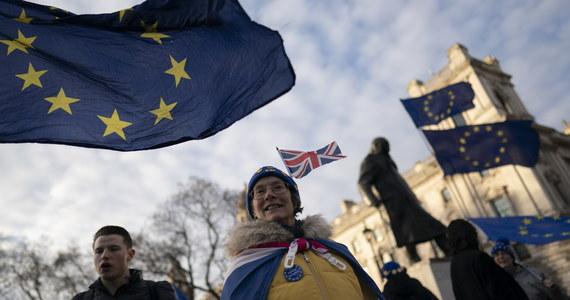 """""""Brytyjczycy zaczęli nagle wewnętrznie analizować, co to znaczy być Europejczykiem, czym jest Unia Europejska, z czego się zrodziła. I zorientowali się, że myślą zupełnie inaczej niż Francuzi, Niemcy, Polacy. (…) Paradoksalnie można powiedzieć, że tak naprawdę uczą się dopiero bycia Europejczykami"""" - mówi londyńskiemu korespondentowi RMF FM Bogdanowi Frymorgenowi dr Michał Garapich - antropolog z Uniwersytetu Roehampton w Londynie, autor książek i projektów antropologicznych, badacz polskiej emigracji na Wyspach. Jak podkreśla: """"Dopiero za 10 lat Brytyjczycy popatrzą wstecz i zorientują się, że 'zaraz, zaraz, straciliśmy tutaj masę rzeczy!'"""". To rozmowa o brexicie i europejskiej tożsamości. Przeczytajcie!"""
