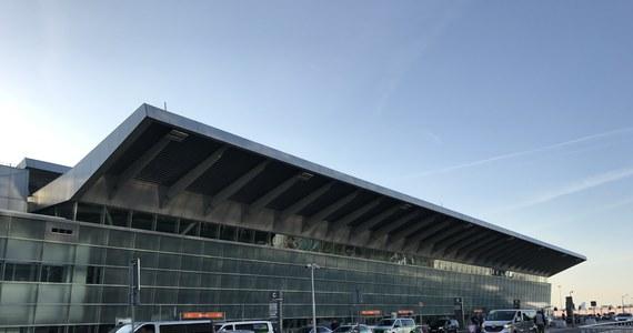 Służby lotniska Chopina w Warszawie otrzymały informację o podejrzeniu zakażenia koronawirusem u pasażera lecącego z Pekinu samolotem LOT do stolicy. Konieczna była interwencja lotniskowych medyków.