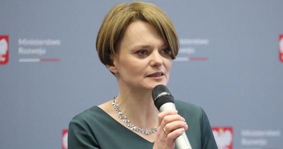 """Zastanawiamy się nad dodatkowymi instrumentami wsparcia dla rodzin 2+3 - poinformowała w wywiadzie dla """"Super Expressu"""" minister rozwoju Jadwiga Emilewicz. Zapowiedziała, że w okolicach 100 dni rządu przedstawi zmiany w polityce mieszkaniowej."""