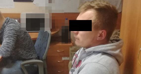 W ręce policjantów wpadł 31-letni oszust matrymonialny, który wyłudził od poznanych w Internecie kobiet ponad 100 tys. zł. Mężczyźnie grozi za to do 12 lat więzienia.