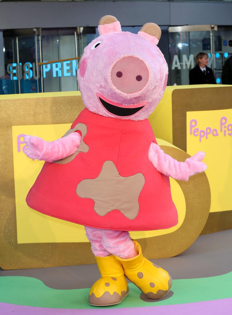 """Dziewięcioletnia Amelie Bea Smith została czwartą osobą, która użyczy głosu popularnej Śwince Peppie. Anglojęzyczni widzowie po raz pierwszy usłyszą jej głos w odcinku zatytułowanym """"Valentines Day""""."""