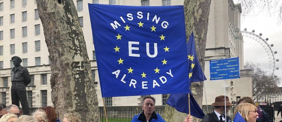 O północy w symbolicznym geście brytyjska flaga zniknęła z masztu przed Parlamentem Europejskim w Brukseli. Nastąpił brexit - to pierwszy przypadek wystąpienia któregoś z państw członkowskich z UE. Do końca roku nie zmieni się status obywateli Wspólnoty na Wyspach. Dotyczy to także mieszkających tam Polaków. Jednak ci, którzy po tym okresie chcą zostać w Wielkiej Brytanii i zachować dotychczasowe prawa, muszą działać. Dziennikarze RMF FM w Londynie Anna Kropaczek i Bogdan Frymorgen sprawdzali, kto się cieszył, kto rozpaczał. Oto zapis naszej relacji na żywo!