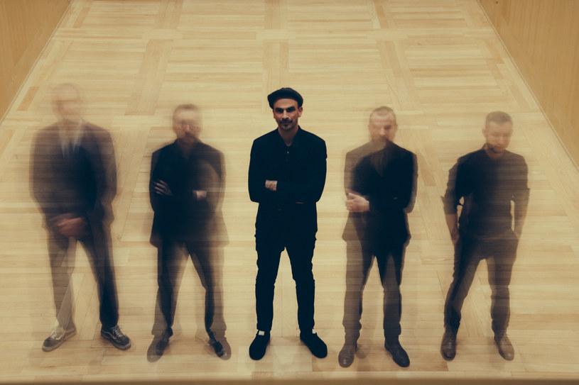"""Fisz Emade Tworzywo, jeden z najważniejszych zespołów na polskim rynku muzycznym, wyrusza w trasę koncertową. Zespół odwiedzi zarówno większe, jak i mniejsze miasta, by promować album """"Radar""""."""