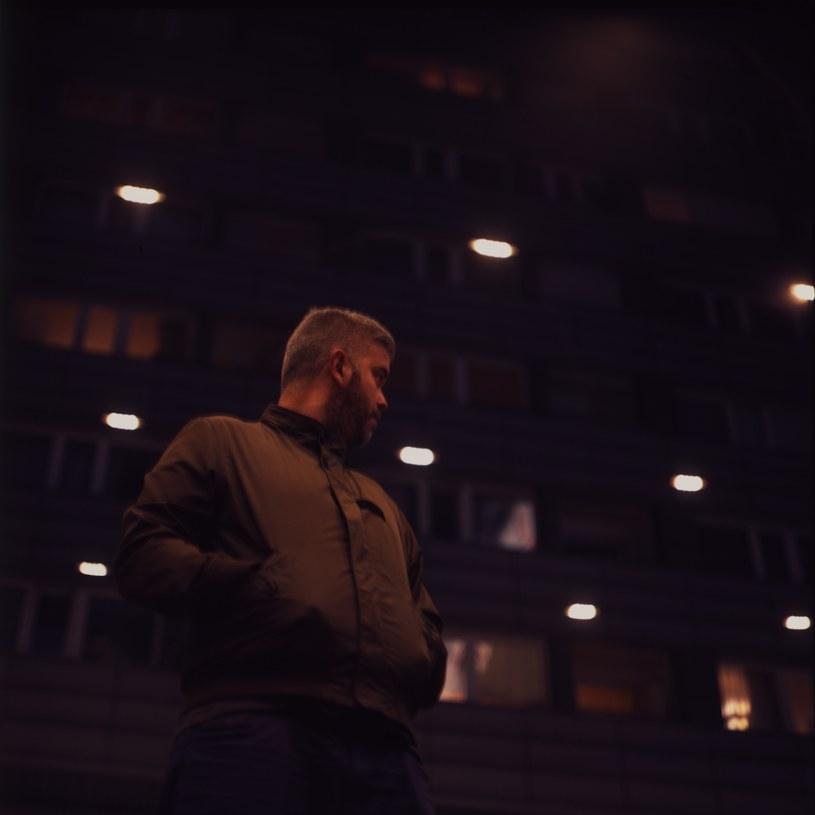 """Po blisko dwuletniej przerwie od wydania """"Algorytmu"""" z piątą solową płytą powraca NOON. """"Nobody Nothing Nowhere"""", bo tak zatytułowany jest album, ukaże się 22 lutego 2020 roku nakładem wytwórni Nowe Nagrania, z kolei za dystrybucję krążka odpowiadać będzie Asfalt Records."""