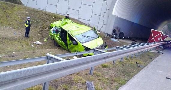 Na autostradzie A2 w powiecie międzyrzeckim w Lubuskiem na pasie w kierunku Poznania doszło do wypadku busa. Zginęła jedna osoba, a kilka zostało rannych.