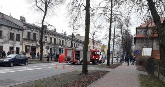 Dramatyczny wypadek w centrum Żyrardowa. Kierowca prowadzący samochód osobowy wjechał na przejściu dla pieszych w matkę z dwójką małych dzieci. Starsze dziecko ma dziesięć lat, młodsze trzy.