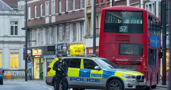 Sprawcą niedzielnego ataku terrorystycznego w południowym Londynie był Sudesh Amman, który tydzień wcześniej wyszedł z więzienia. Odbył tam połowę z kary trzech lat więzienia za przestępstwa o charakterze terrorystycznym - podały władze Londynu.