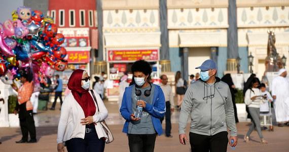 """Ministerstwo Zdrowia i Profilaktyki ZEA odradza mieszkańcom stosowanie tradycyjnego pozdrawiania się """"nos w nos"""" oraz innych form fizycznego witania się, aby uniknąć ryzyka rozprzestrzeniania się epidemii nowego koronawirusa - podaje w poniedziałek portal Al-Arabija."""