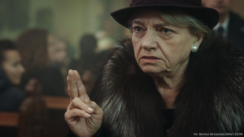 """Jedną z głównych ról w serialu Juliusza Machulskiego """"Mały Zgon"""" gra Anna Seniuk, która wcieliła się w rolę Teresy, czyli matki głównego bohatera Ryszarda (Piotr Grabowski)."""