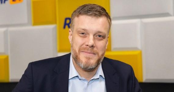 """""""Czekam z utęsknieniem, jak ruszy kampania wyborcza, bo dopiero wtedy zacznie być ciekawie. O godz. 14 zostanie przedstawiony skład sztabu Roberta Biedronia"""" - zapowiadał w Porannej rozmowie w RMF FM Adrian Zandberg. """"SLD to była partia o zróżnicowanej historii, miała swoje dni chwały - jak wtedy, kiedy wprowadziła Polskę do UE, miała też rzeczy, których po latach jej członkowie się wstydzili"""" - tak lider Partii Razem mówił o wczorajszej zmianie statutu SLD. """"Nigdy nie ukrywałem tego, że moja ocena rządu Leszka Millera była oceną krytyczną. To, że koalicja mogła powstać, że udało się zbudować listę Lewicy, jest wynikiem tego, że ci, którzy w tym momencie kierują SLD, potrafili krytycznie spojrzeć na własną przeszłość"""" - podkreślał gość Roberta Mazurka. Na pytanie, czy Olga Tokarczuk powinna zapłacić podatek od Nobla, Zanberg stwierdził, że odpowiedź jest prosta: """"tak"""". """"Rozsądniejsze byłoby to, żeby wszyscy w systemie podatkowym byli traktowani równo"""" - uzasadnił."""