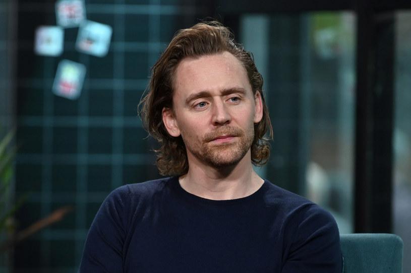 """Tom Hiddleston nie zwalnia tempa. Aktor, który niedawno rozpoczął zdjęcia do wyczekiwanego serialu Marvela i platformy Disney+ - """"Loki"""", przyjął właśnie propozycję roli w nowym serialu Netfliksa zatytulowanym """"White Stork"""". Wcieli się w nim w postać polityka kandydującego do parlamentu."""