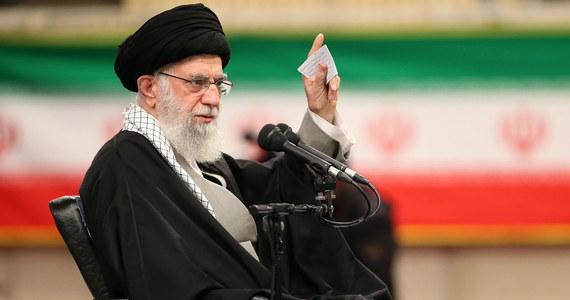 """Amerykański spisek """"planu stulecia"""" umrze przed śmiercią Trumpa - oświadczył najwyższy przywódca Iranu ajatollah Ali Chamenei, odnosząc się do amerykańskiego planu pokojowego dla Bliskiego Wschodu. Ocenił, że jest on """"nienawistny"""" i """"na pewno nie przyniesie żadnego rezultatu""""."""