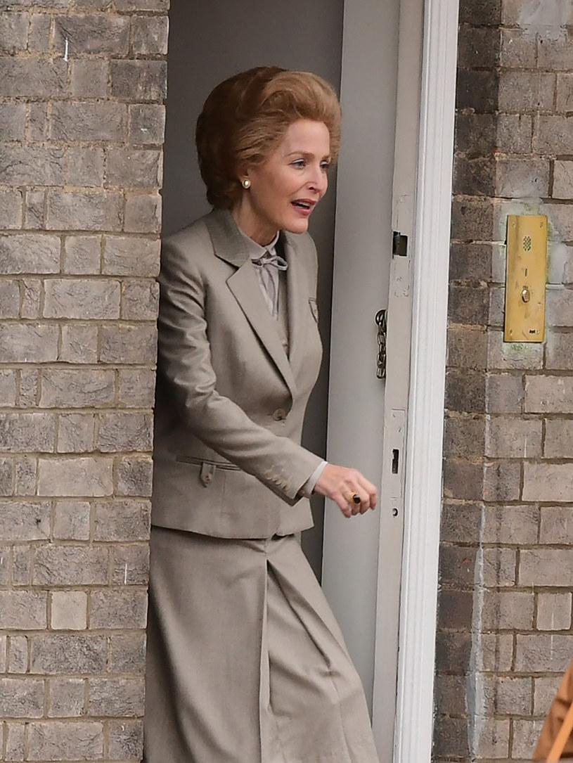 """Trudno ją odróżnić od oryginału - wygląda jak Margaret Thatcher. Jeśli Gillian Anderson zagra byłą brytyjską premier równie dobrze, jak jest na nią ucharakteryzowana, to będzie najjaśniejszą gwiazdą czwartego sezonu serialu """"The Crown""""."""