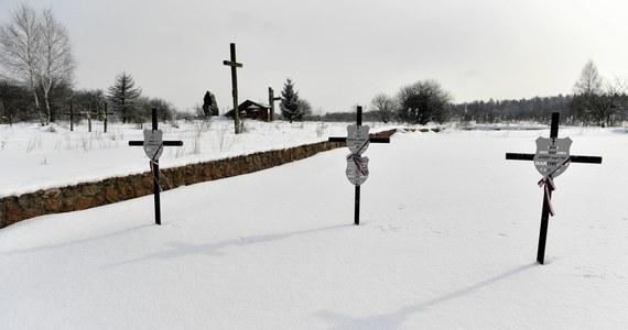 """W Baryszu krewni ofiar ustawili z własnych funduszy niewielki grobowiec. Jednak w innych miejscach nie ma nawet skromnych krzyży z tabliczkami. Sprawa ta została całkowicie zaniedbana przez kolejnych szefów polskiego MSZ. (…) Z kolei w Czortkowie władze ukraińskie postawiły okazały pomnik, ale nie ofiarom ludobójstwa w Baryszu, lecz – uwaga! - jego sprawcy Petro Chamczukowi ps. """"Bystry"""". Najpierw służył on w Armii Czerwonej, później w policji niemieckiej, a następnie w UPA. Prawdziwy """"heroj""""!"""
