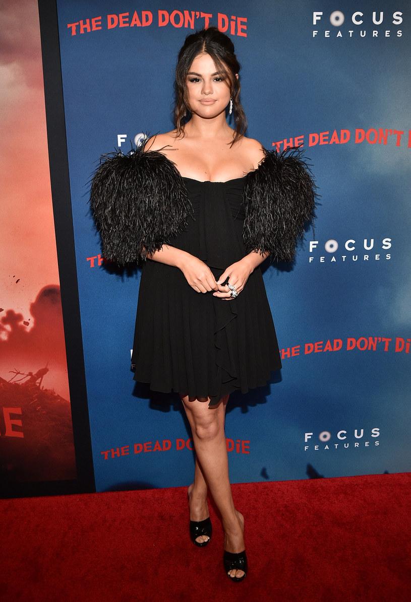 Selena Gomez zdradziła, że w najbliższym czasie nie ma zamiaru kręcić teledysków, w który występuje nago lub pojawiają się sceny seksu z jej udziałem. Wszystko ze względu na jej młodszą siostrę.