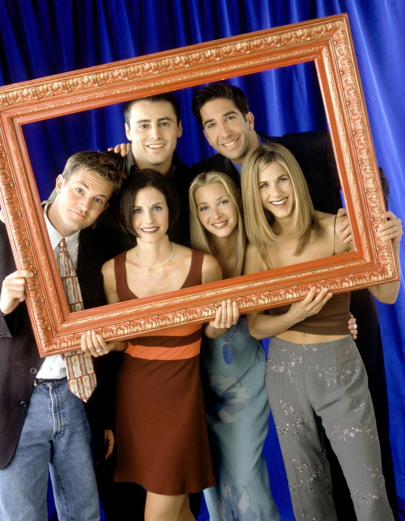 """To jeden z najbardziej oczekiwanych programów telewizyjnych tego roku. 27 maja z okazji startu amerykańskiej platformy HBO Max, miał tam zadebiutować specjalny odcinek sitcomu wszech czasów """"Przyjaciele"""". Pandemia COVID-19 sprawiła, że nie udało się go zrealizować. Teraz wygląda na to, że szóstka serialowych przyjaciół spotka się w komplecie po raz pierwszy od lat jeszcze w tym miesiącu."""