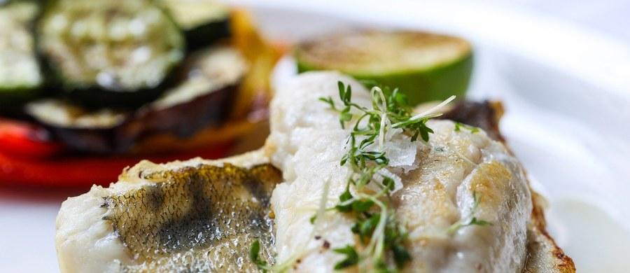 Często słyszymy, że powinniśmy jeść więcej ryb. Mimo że są doskonałym źródłem białka i cennych składników odżywczych, nie wszystkie są zdrowe. Czasem bez zastanowienia sięgamy po nie w sklepach, choć niektóre gatunki lepiej omijać szerokim łukiem.