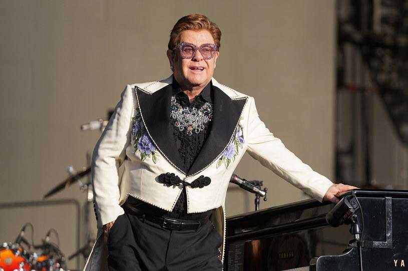 """Kiedy jesteś nominowany do Oscara, a jednocześnie organizujesz jedno z najsłynniejszych oscarowych after party, to musisz się trochę nagimnastykować, żeby pogodzić te dwie imprezy. Przed taką koniecznością stanął Elton John. Muzyk pojawi się na gali, bo razem ze swoim długoletnim współpracownikiem, kompozytorem Berniem Taupinem, ma szansę dostać statuetkę za piosenkę """"(I'm Gonna) Love Me Again"""" z filmu """"Rocketman"""". A potem musi szybko przemieścić się na imprezę, na którą zaprosił 900 gości. W tym pomoże mu policja."""