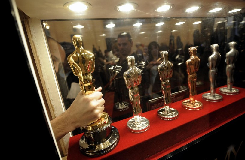Projekt Oscara został naszkicowany na serwetce; statuetka nie jest szczerozłota, ale tylko pozłacana. Laureat, który chce ją sprzedać, musi to zgłosić Akademii, która ma prawo pierwokupu. Oto niektóre z tajemnic najsłynniejszej nagrody w świecie filmu, czyli Oscara.