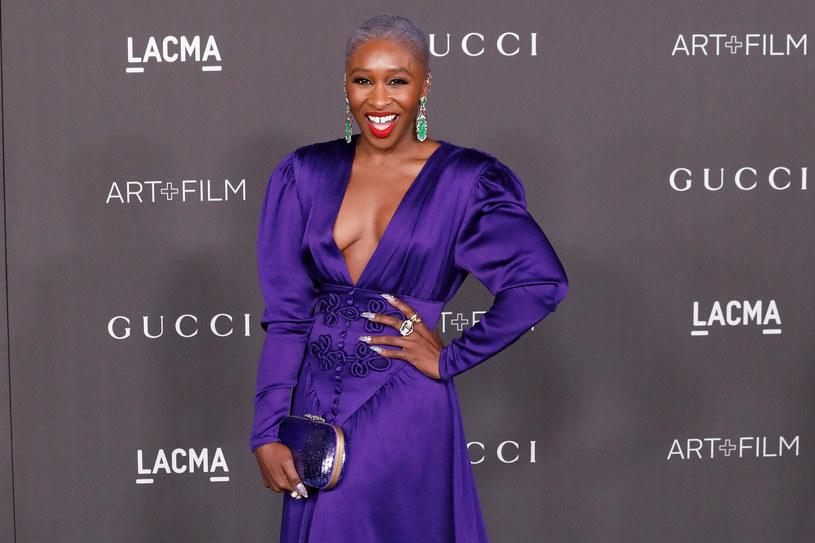 """Gwiazda nominowana do Oscara za pierwszoplanową rolę w filmie """"Harriet"""" podbija Hollywood. Zachwyca nie tylko kunsztem aktorskim, ale i stylem. Jej barwne, energetyczne stylizacje z czerwonych dywanów są powiewem świeżości, na który świat mody czekał od dawna."""