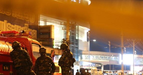 Liczba osób ranionych w sobotę przez żołnierza, który zabił 20 osób wzrosła do 31 - podały tajskie władze. Do ataku doszło w mieście Nakhon Ratchasima. Jak informuje policja, napastnik to sierżant Jakapanth Thomma  - strzelał z karabinu maszynowego. Policjanci i żołnierze przypuścili szturm na centrum handlowe, w którym ukrył się sprawca strzelaniny; uwolniono kilkaset osób - poinformował rzecznik ministerstwa obrony. Nie udało się jednak unieszkodliwić sprawcy, który nadal jest w obiekcie.