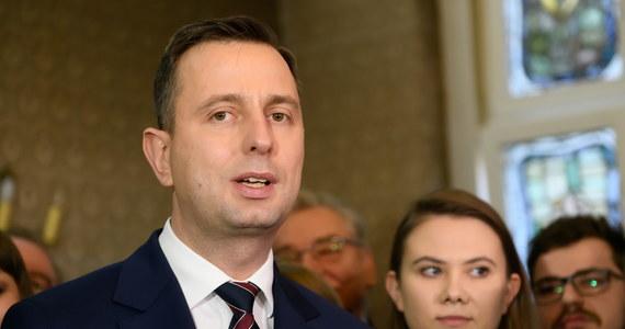 Jestem zdeterminowany, aby wprowadzić embargo na rosyjski węgiel. To niedopuszczalne, kiedy w milionach ton rosyjski węgiel przyjeżdża do Polski, a polskie jabłka nie jadą na wschód – mówił w Łoniowie (Świętokrzyskie) Władysław Kosiniak-Kamysz, szef PSL i kandydat tego ugrupowania w wyborach prezydenckich.