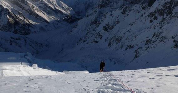 Polscy himalaiści, którzy chcą dokonać pierwszego zimowego wejścia na Batura Sar (7795 m) w paśmie Karakorum w Pakistanie, po dwóch tygodniach akcji górskiej założyli drugi obóz na wysokości 5930 m. Udało się to w niedzielę trójce Rafał Fronia, Mariusz Hatala i Kacper Kłoda.