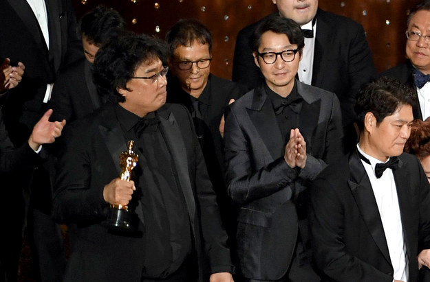 """""""Parasite"""" Bonga Joon-Ho to zdecydowanie największy zwycięzca tegorocznych Oscarów. Produkcja otrzymała aż cztery statuetki, w tym tę najważniejszą - za najlepszy film. Produkcję wyróżniono też w kategoriach: najlepsza reżyseria, scenariusz oryginalny i międzynarodowy film. W tej ostatniej pokonał m.in. polskie """"Boże Ciało""""."""