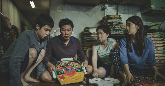 """Tego chyba mało kto się spodziewał: o ile w kategorii najlepszy film międzynarodowy stawiano na wygraną koreańskiego """"Parasite"""", o tyle statuetka w głównej kategorii, czyli najlepszy film - była pod dużym znakiem zapytania. Przede wszystkim dlatego, że obraz w reż. Bonga Joon Ho jest nieanglojęzyczny. To pierwszy taki przypadek w historii Oscarów, by film zagraniczny wygrywał w głównej kategorii!"""