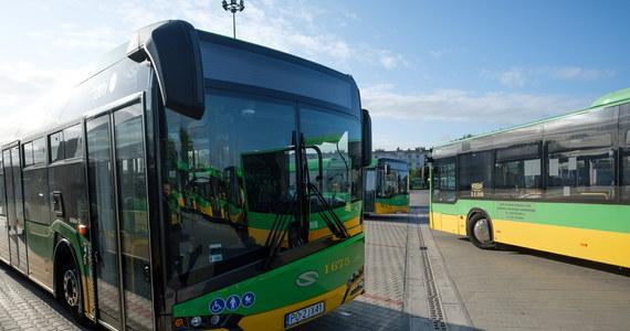 Jedna osoba została poszkodowana w zderzeniu dwóch autobusów komunikacji miejskiej i auta osobowego w Poznaniu. Na miejscu zdarzenia tworzą się korki.