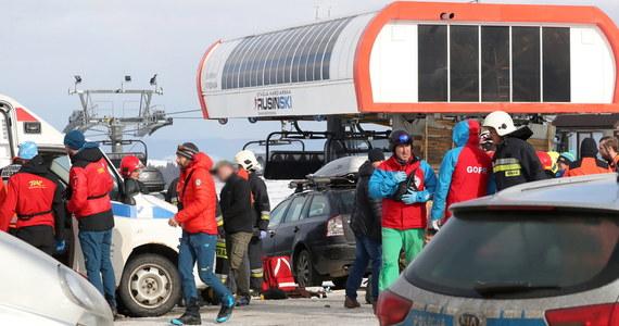 """Matka i córka zginęły po tym, jak silny podmuch wiatru zerwał dach wypożyczalni sprzętu narciarskiego i rzucił go na parking stoku w Bukowinie Tatrzańskiej. """"Do szpitali trafili 21-latka w ciężkim stanie, 17-latek z obrażeniami głowy i mężczyzna - najprawdopodobniej ojciec rodziny"""" – powiedział rzecznik małopolskiej policji Sebastian Woźniak."""