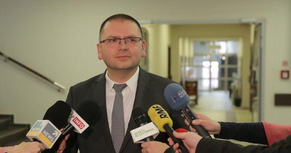 Kolegium Sądu Okręgowego w Olsztynie skieruje do zastępcy rzecznika dyscyplinarnego przy Sądzie Apelacyjnym w Białymstoku sprawę prezesa Sądu Rejonowego Macieja Nawackiego - wynika z podjętej w poniedziałek uchwały. Chodzi o podarcie projektów uchwał zgłoszonych na piątkowym zebraniu. Za podjęciem uchwały zagłosowało 11 osób, w tym sędzia Paweł Juszczyszyn.