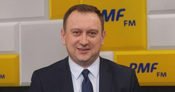 """""""Kilka milionów złotych wydamy na kampanię Roberta Biedronia"""" - mówi szef jego sztabu wyborczego Tomasz Trela. Pytany, skąd będą pochodziły te pieniądze, gość Marcina Zaborskiego odpowiada: Nie mamy subwencji jak PiS, czy PO. """"Pieniądze będą pochodziły z SLD jako partii politycznej i liczymy na symboliczne wpłaty od obywateli"""" - tłumaczy."""