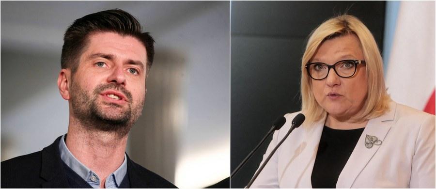 """""""Nie czuję się obrażony, bo pani Beata Kempa nie jest w stanie mnie obrazić swoimi poglądami, które nie są poglądami z 2020 roku, a raczej z XIX wieku"""" - tak poseł Lewicy Krzysztof Śmiszek skomentował głośną wypowiedź europosłanki PiS, która - nawiązując do jego związku z kandydatem na prezydenta Robertem Biedroniem - nazwała go """"kandydatką na pierwszą damę"""". Śmiszek zaznaczył, że nie oczekuje przeprosin, i ocenił, że Kempa jest w Brukseli wysłannikiem """"polskiego skansenu""""."""