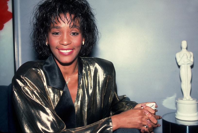 Whitney Houston nie żyje - ta informacja obiegła cały świat osiem lat temu. Niekwestionowana królowa muzyki zmarła w wieku 48 lat. 11 lutego 2012 roku jej ciało zostało znalezione w wannie w łazience hotelowego pokoju w Beverly Hills. Oficjalną przyczyną śmierci było utonięcie, spowodowane wadą serca oraz spustoszeniami w organizmie po wieloletnim nadużywaniu substancji odurzających.