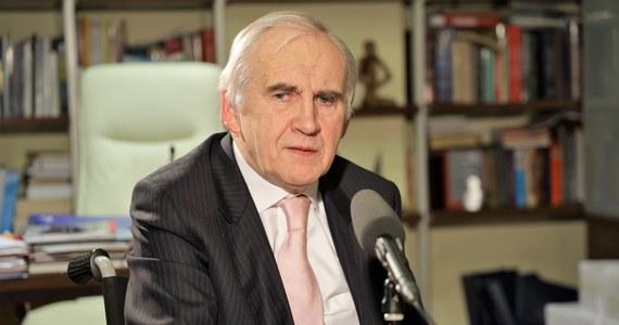 """""""Chciałem żyć. Cieszę się, że dożyłem 70. roku życia. Ćwicząc codziennie potrafię się już poruszać, może jeszcze niezupełnie samodzielnie, ale już nie jestem zawalidrogą ani w pracy, ani w domu"""" - mówi w rozmowie z Marcinem Zaborskim, prof. Marian Zembala. """"Od trzech miesięcy jestem w pracy. Dostałem miły list od pana premiera Mateusza Morawieckiego, który mnie wspierał. Nie musiał przecież, ma tyle innych rzeczy na głowie, ale mnie wsparł. Za co mu dziękuję i chcę nadal służyć, jak tylko będę mógł"""" - zaznacza gość Popołudniowej rozmowy w RMF FM."""