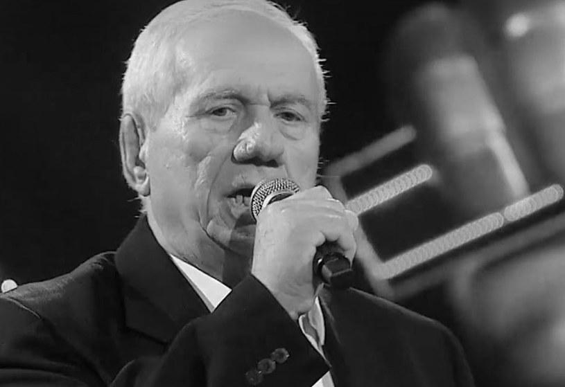 """Oficjalny profil """"The Voice Senior"""" na Facebooku poinformował o bardzo smutnej wiadomości. Zmarł Kazimierz Kiljan, który był uczestnikiem pierwszej edycji programu TVP 2. Zauroczył jury między innymi m.in. wykonaniem utworu """"Dzień jeden w roku"""" Czerwonych Gitar. Miał 72 lata."""
