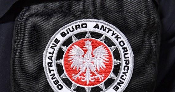 Centralne Biuro Antykorupcyjne rozbiło zorganizowaną grupę przestępczą, która miała wyprowadzić z Polski co najmniej 8,6 miliarda złotych. Zatrzymano w tej sprawie 18 osób.
