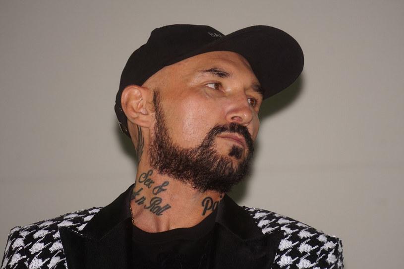 """Patryk Vega od lat pokazywał, że nie boi się podejmować najbardziej drażliwych kwestii w swoich filmach. Reżyser wzbudza sporo emocji - ma pokaźne grono fanów i równie duże krytyków. Jedno jest pewne, jego filmy przyciągają do kin miliony widzów. W ostatnim wywiadzie autor """"Pitbulla"""" przyznał, że """"doznał iluminacji"""" i żałuje, że nakręcił """"Politykę"""" czy """"Ciacho"""". Postanowił również diametralnie zmienić swoje życie i zostać ascetą."""