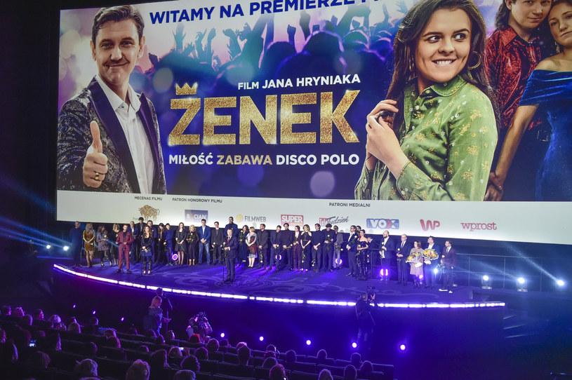 """""""Filmu o Zenku Martyniuku traktuję jako szansę przyjrzenia się kulturze disco polo, fenomenowi społecznemu, który cieszy się popularnością"""" - mówi o filmie """"Zenek"""" reżyser Jan Hryniak. Produkcja trafi na ekrany polskich kin w najbliższy piątek, 14 lutego."""