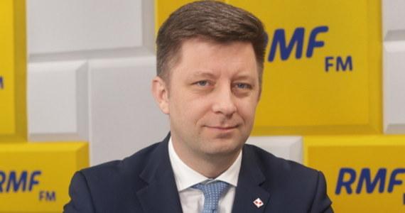 """""""Premier Mateusz Morawiecki 10 kwietnia chce być i w Smoleńsku, i w Katyniu. W tej chwili kancelaria analizuje możliwości przygotowania takiego wyjazdu"""" - powiedział w Porannej rozmowie w RMF FM szef Kancelarii Prezesa Rady Ministrów Michał Dworczyk. """"To nie ma absolutnie charakteru wizyty bilateralnej. Jego zasadniczym celem jest oddanie hołdu tym osobom, które zginęły 10 lat temu w wydarzeniu chyba najbardziej dramatycznym po zakończeniu II wojny światowej, jakie dotknęło nasz kraj. (...) Jesteśmy w trakcie analizowania możliwości i przygotowywania takiego wyjazdu - dodał polityk."""
