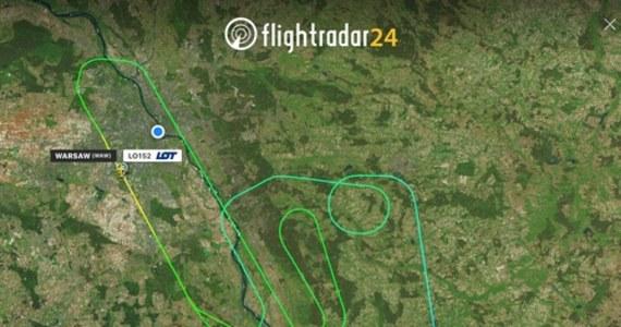 Boeing 737 Polskich Linii Lotniczych LOT lądował w asyście wszystkich służb lotniskowych na warszawskim lotnisku Chopina. Maszyna miała z uszkodzoną oponę.