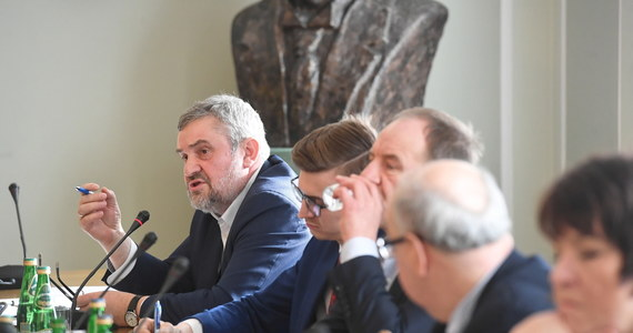 """""""To ja osobiście odpowiadam za skup jabłek i jeśli trzeba, odpowiem przed prokuraturą"""" - mówi minister rolnictwa. Jan Krzysztof Ardanowski zaznacza jednocześnie, że na razie mówienie o nieprawidłowościach w skupie to insynuacje i pomówienia."""