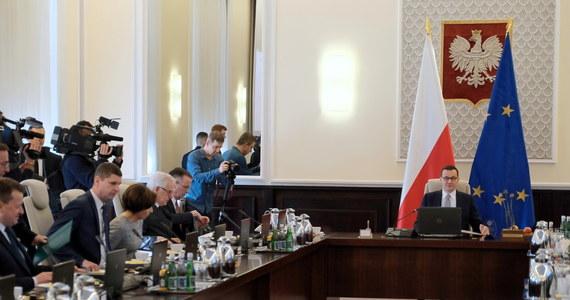 Liczący z premierem aż 112 ministrów i wiceministrów gabinet Mateusza Morawieckiego jest jednym z najliczniejszych rządów Rzeczypospolitej. Ponad połowę jego członków stanowią parlamentarzyści PiS. Oznacza to, że co czwarty z posłów rządzącego ugrupowania jest jednocześnie członkiem rządu, który jako poseł powinien kontrolować.
