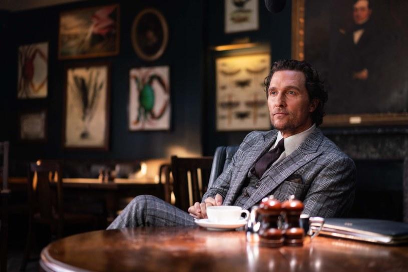 """Guy Ritchie, twórca kultowych filmów """"Przekręt"""" i """"Porachunki"""", odpowiedzialny za reaktywację Sherlocka Holmesa, Króla Artura i Aladyna, wraca w gangsterskie rewiry. Jego najnowsza produkcja, """"Dżentelmeni"""", trafi na ekrany polskich kin w piątek, 14 lutego."""
